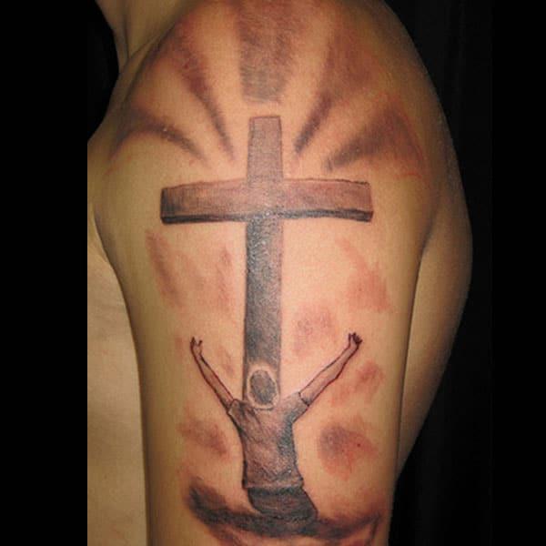 kruis tatoeëermerke op arm
