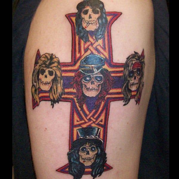 kruis tatoeëermerke vir mans op arm