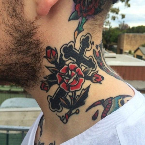 kruis tattoo op nek