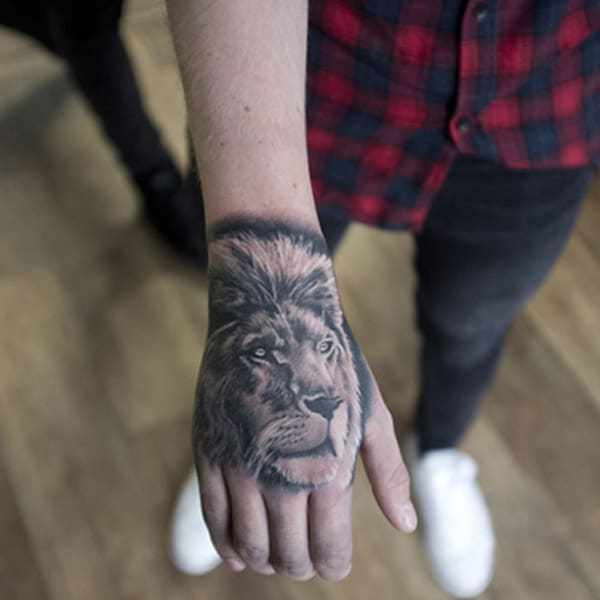 lion tattoo ມື