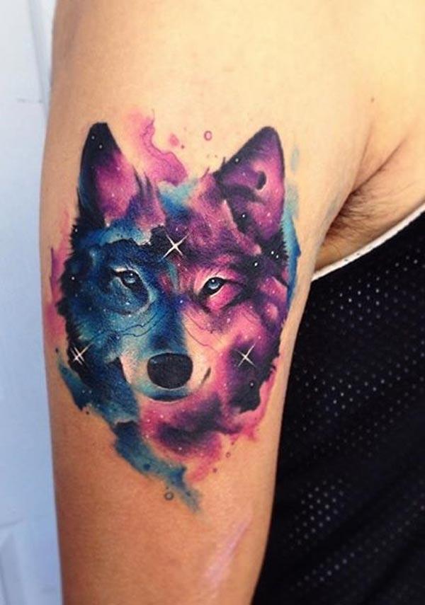 színes farkas tetoválás