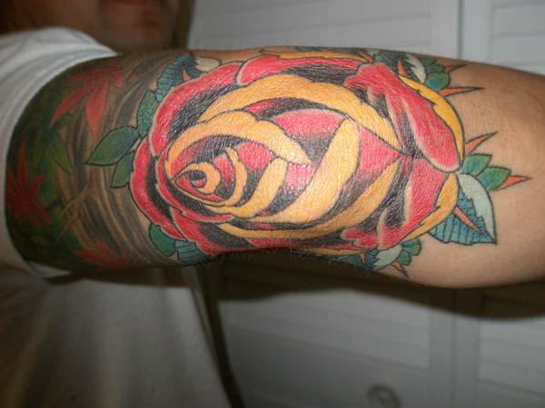 красочная розовая татуировка идея для мужчин локоть