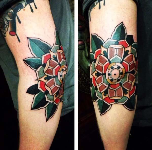 традиционная круглая идея татуировки локтя для мужчин