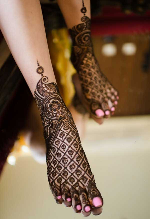 diseño de tatuaje henna mehndi para piernas