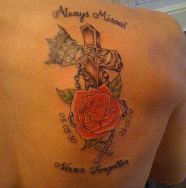 Siempre perdido, nunca olvidado, tatuaje RIP en la espalda
