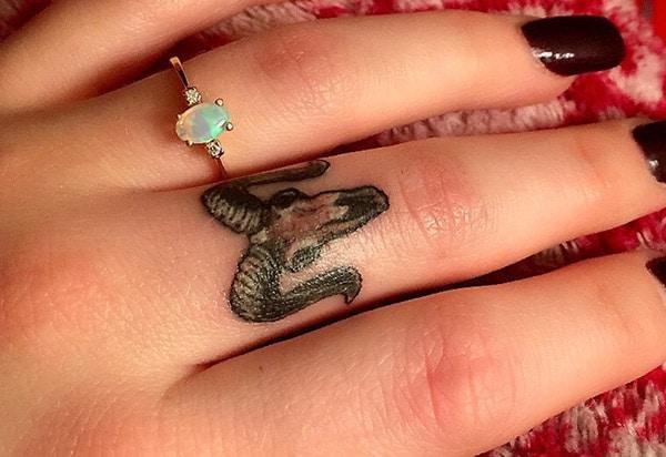 Idea impressionant del disseny del tatuatge d'aries per al dit