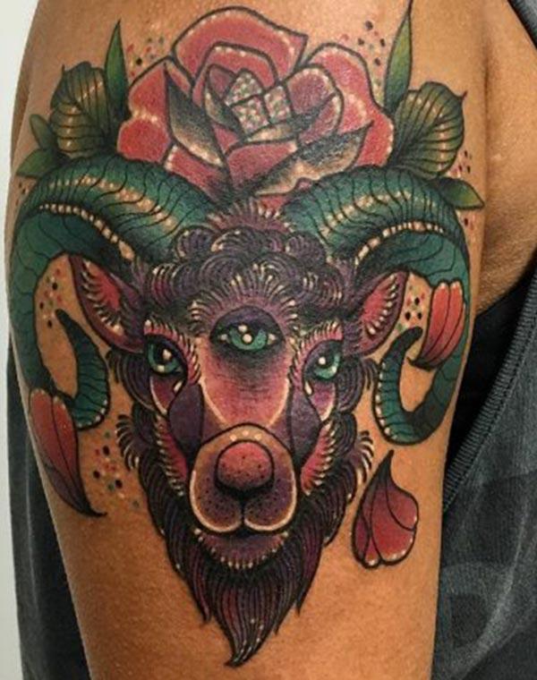 Erkekler için renkli Koç kolu dövme tasarımı fikri