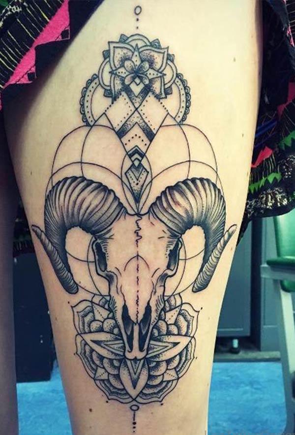 Thiết kế hình xăm Aries tuyệt vời trên đùi thấp cho phụ nữ