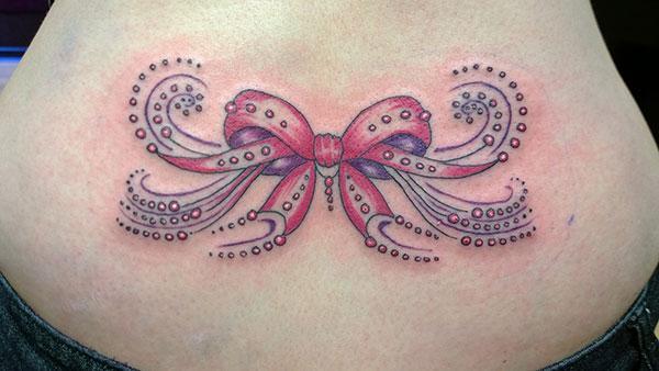 Hneev tattoo nyob rau sab nraub nraub qaum ua ib tug poj niam zoo ntxim nyiam