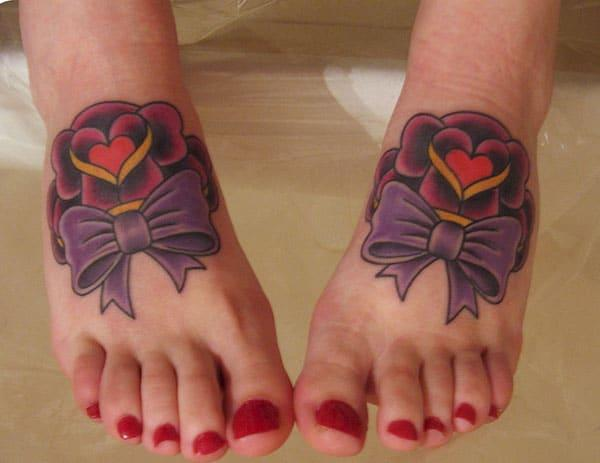 Hneev tattoo rau ntawm ob txhais ceg ua cov ntxhais kom muaj ib qho kev xav saib