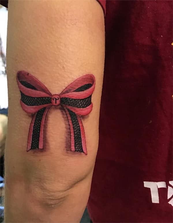 Hneev tattoo ntawm lub theback ntawm caj npab ua ib tus ntxhais saib comely