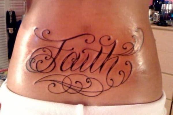 gipasidunggan ang ubos nga bahin sa likod nga may bold ug sexy nga tattoo nga Faith