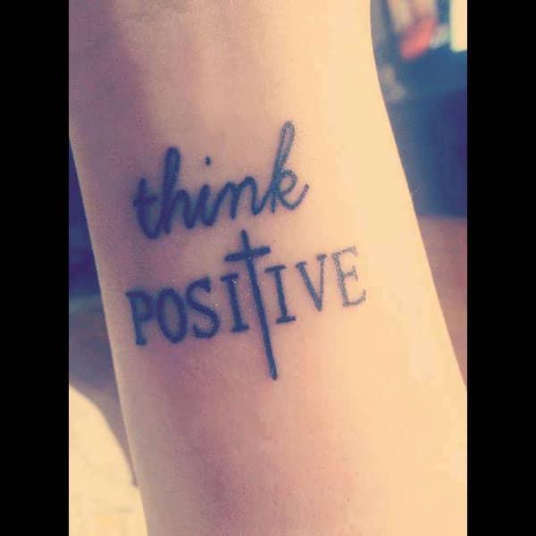 Tatuaxe cruzada pensa positiva