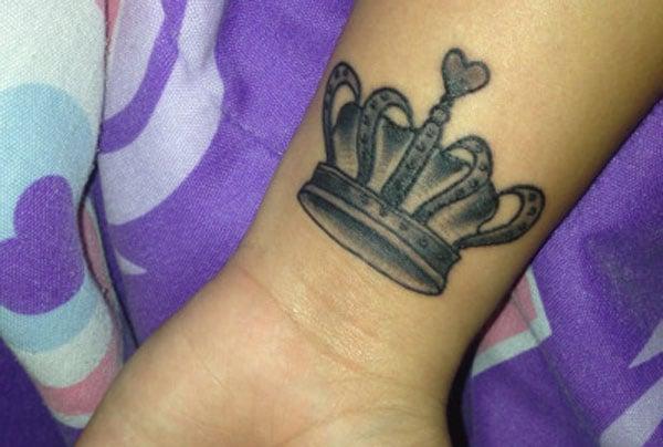 coroană tatuaj pe încheietura mâinii