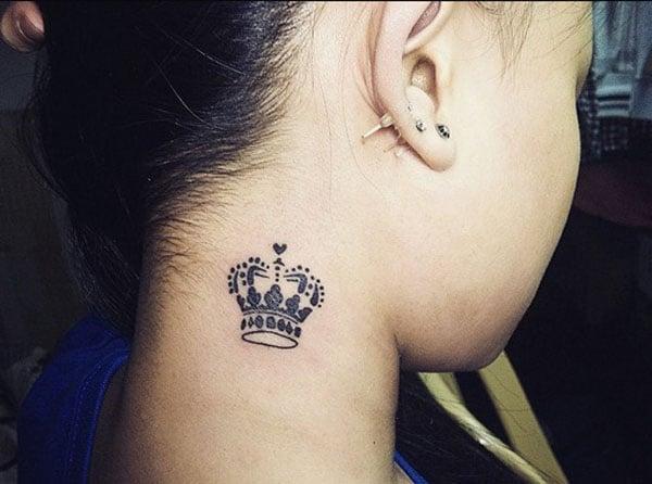 coroană tatuaj pe gât