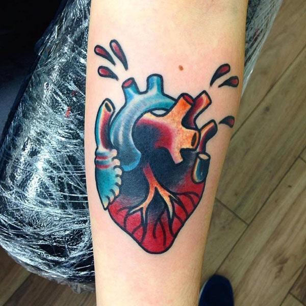 hjärtatatuering på handleden