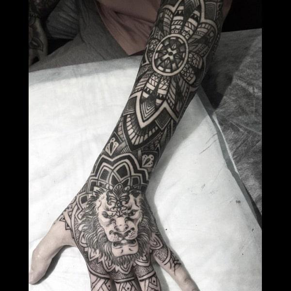 손에 사자 문신