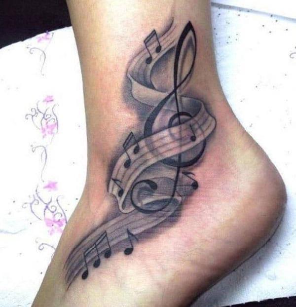 glazbena tetovaža na gležnju