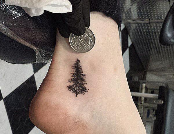 Baum Tattoo am Knöchel