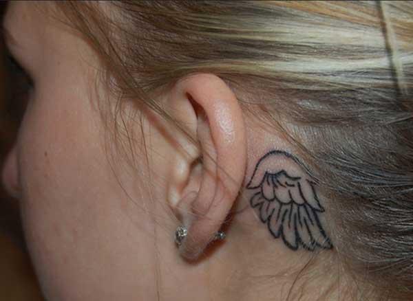 कान टॅटू मागे लवली