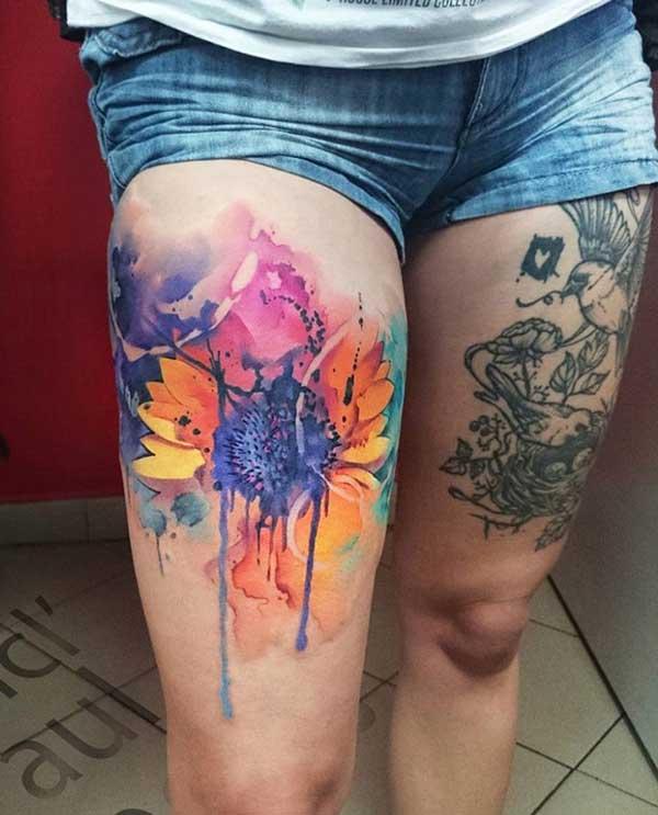 super farebné a čierne tetovanie na oboch stehnách