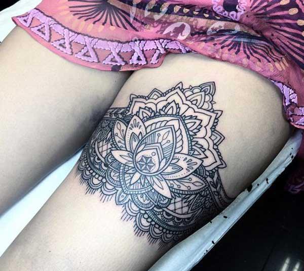 impresionante chica muslo tatuajes