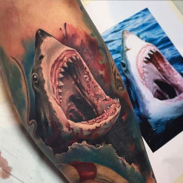 эркектер үчүн чыканагына укмуш акула тату сыя идея