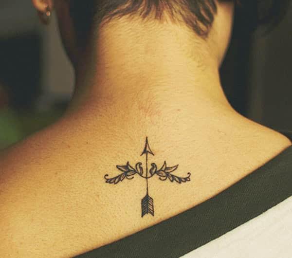 rambut pendek dengan tattoo Sagittarius pintar di bahagian belakang