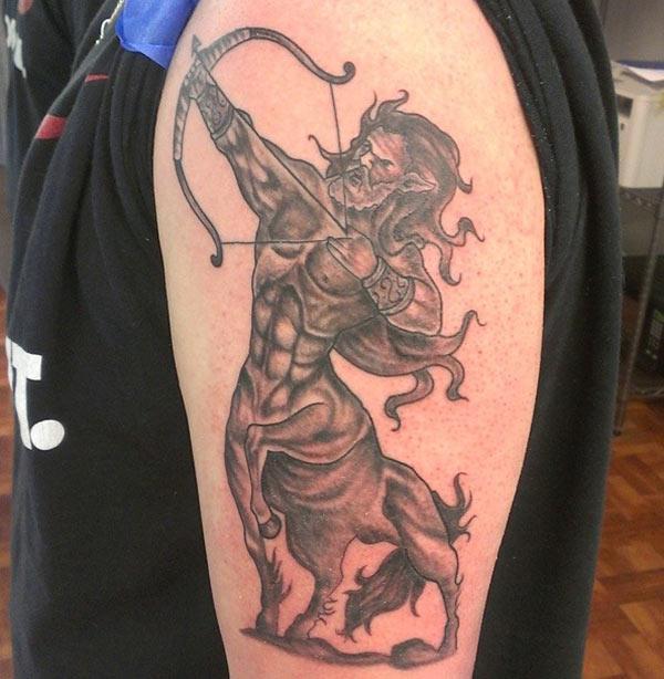tutup lengan kiri anda dengan tatu Sagitarius berani untuk lelaki