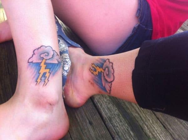Cloud Tatoet op 'e foet meitsje in famke sjoch moai