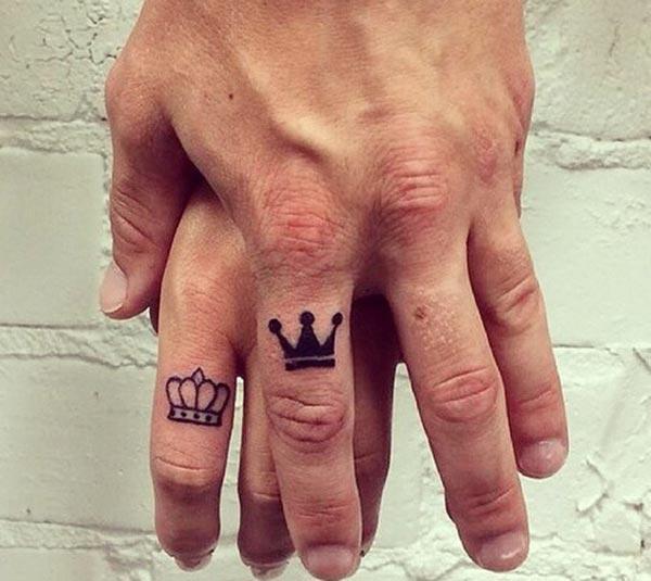 આંગળીઓ પર કિંગ અને ક્વીન ટેટૂઝ યુગલોને ભવ્ય અને પ્રશંસનીય લાગે છે