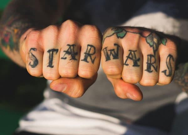 Knuckle Tattoo foar manlju dy't swarte ynstrumint dekoraasjes meitsje, meitsje se Attractive