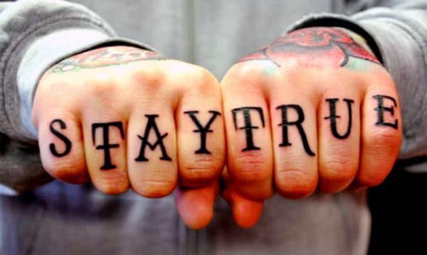 Knuckle Tattoo foar manlju mei swart inkt ûntwerp meitsje in man in prachtige útsjoch