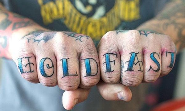 Tattoo Knuckle ກັບຫມຶກສີຟ້ານໍາເອົາຮູບແບບທີ່ສວຍງາມ