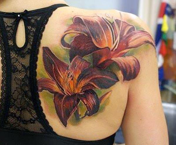 Lily tattoo rau sab nraum qab xub pwg ua ib tug poj niam zoo ntxim nyiam