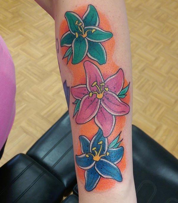 Lily tattoo ntawm sab caj npab ua rau ib tug poj niam nrhiav exquisite