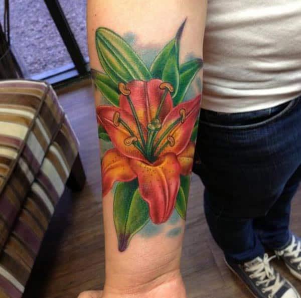 Cov ntxhais mus rau Lily tattoo ntawm sab caj npab coj lawv zoo zoo nkauj.