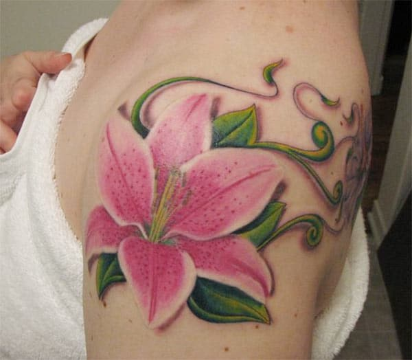 Lily tattoo on the shoulder brings the captivating look