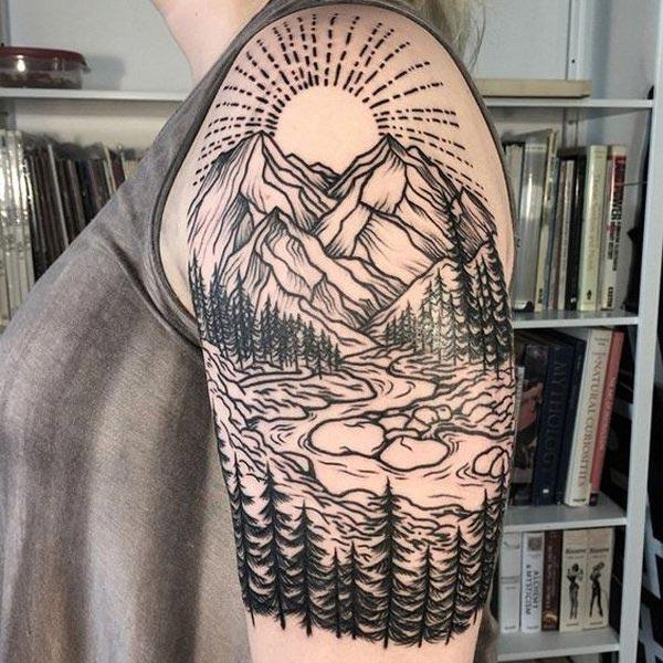 Mountain Tattoo på axeln ger den lockande naturen