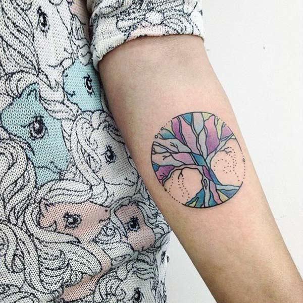 სიცოცხლის ხე ტატუს გოგონას ხელი მისცემს მას ზღაპრული მზერა
