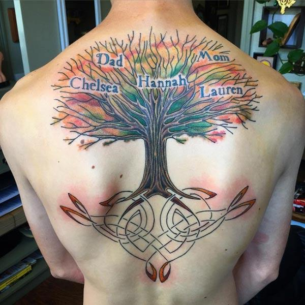 El tatuatge Tree of Life a la part posterior porta l'aspecte atractiu d'un home