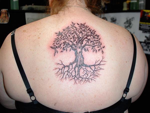 სიცოცხლის ხე ტატუმა ქალბატონის უკან გამოიყურება მათი მშვენიერი სახე