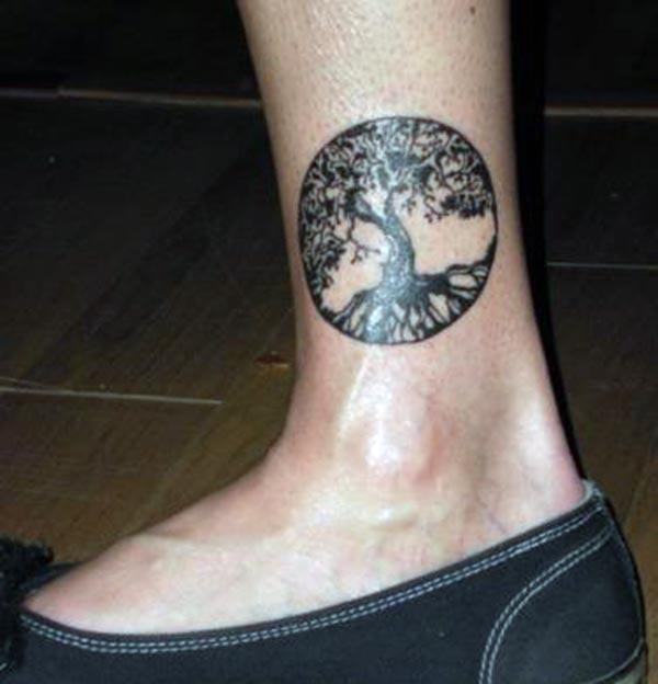 Tree of Life tetování na noze přináší vzrušující vzhled