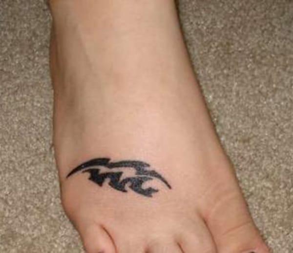 කළු පාට Aquarius tattoo ඔබේ පාද වඩාත් ලස්සන කරන්න
