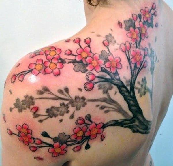 Cherry Blossom på skulderen gør en pige fortræffelig