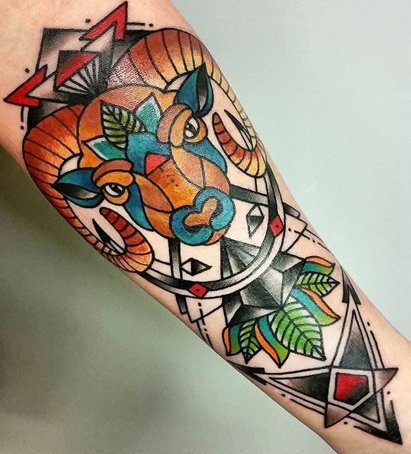 De gunstige Aries tattoo ontwerp idee op volle onderste hand