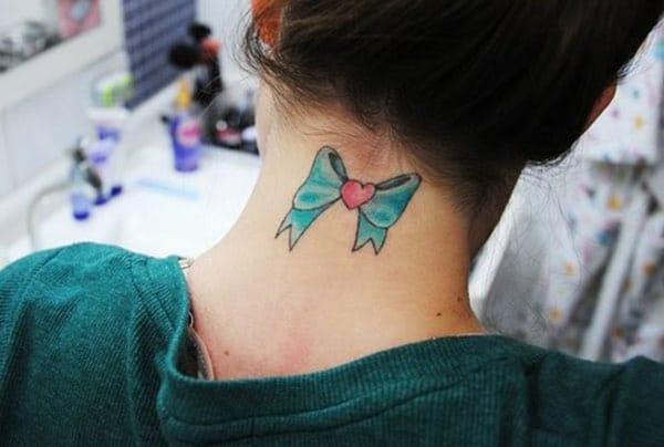 Reka bentuk campuran tinta biru tatu tunduk pada bahagian belakang leher membuat gadis-gadis menarik