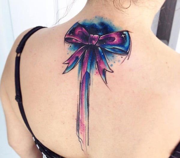 Rekaan dakwat ungu tatu tunduk pada leher belakang wanita membuat mereka kelihatan menarik