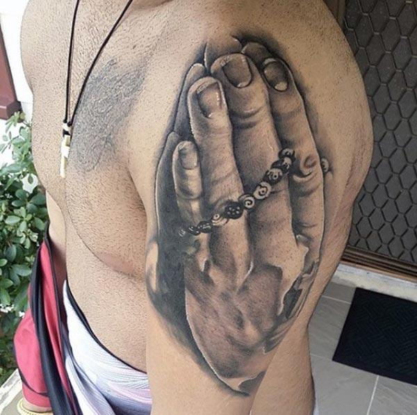 Гараа мөрөн дээрээ залбирах нь хүнийг сэрүүн харагдуулдаг