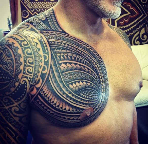 Samoan Tattoo on the shoulder overlapping to the side chest brings an elegant look